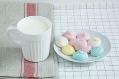 Farbige Meringe mit Milch Lizenzfreie Stockfotos