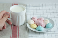 Farbige Meringe mit Milch stockbilder