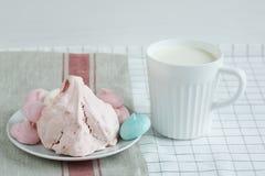 Farbige Meringe mit Milch Stockbild