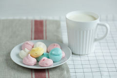 Farbige Meringe mit Milch Stockfotos