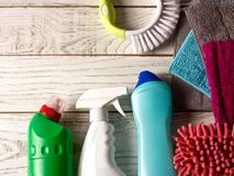 Farbige microfiber Servietten, Reinigungsmittel, Spray und Bürste auf w stockbilder
