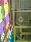 Farbige moderne Decke des Glases und des Metalls Lizenzfreie Stockfotos