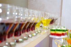 Farbige Nachtische in den Gläsern Lizenzfreie Stockfotos