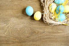 Farbige Ostereier auf einer hölzernen Tabelle Lizenzfreie Stockfotografie