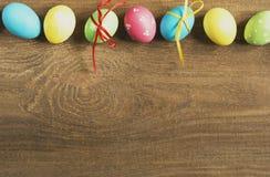 Farbige Ostereier auf einer hölzernen Tabelle Lizenzfreies Stockbild