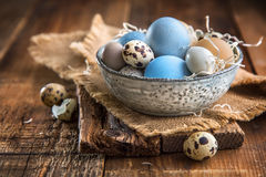 Farbige Ostereier in einer Schüssel Stockfotografie
