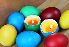 Farbige Ostereier, Kerze, Flamme Lizenzfreies Stockbild