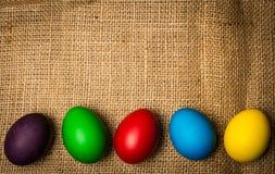Farbige Ostereier, rustikaler Hintergrund Lizenzfreie Stockfotografie