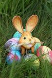 Farbige Ostereier und Kaninchen auf grünem Gras Lizenzfreie Stockbilder