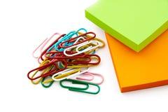 Farbige Papierklammern und Aufkleber Stockbilder