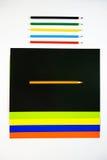Farbige Pappe und farbige Bleistifte auf weißem Hintergrund Stockbilder