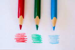 Farbige penicls auf Papier Stockbilder