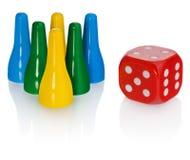Farbige Pfand und rote Würfel Standardspielsituationen in den Farben färben sich gelb, grünen, blau Würfel im Rot mit weißen Auge Lizenzfreies Stockbild