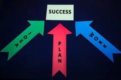 Farbige Pfeile mit Papieraufkleber für textspase auf dunkelblauem Hintergrund Erfolg, Ideenplanarbeit Stockbild