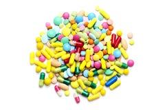 Farbige Pillen lokalisiert auf weißem Hintergrund Lizenzfreie Stockfotos