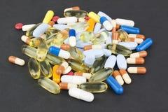 Farbige Pillen von verschiedenen Größen und von Formen Lizenzfreies Stockbild