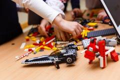Farbige Plastikbaublöcke oder Ziegelsteinspielzeug Lizenzfreie Stockfotografie