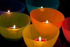 Farbige Plastikcup mit Kerzen Stockbilder