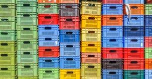 Farbige Plastikkästen für die Frucht gestapelt in den Stapel Stockfotografie