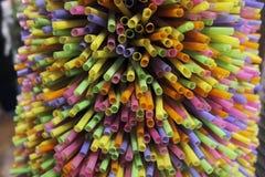 Farbige Plastiktrinkhalme Stockfotos