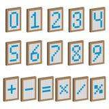 Farbige Platten mit Zahlen und mathematischen Symbolen Stockbild