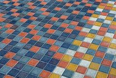 Farbige quadratische Beschaffenheit des Steins von Pflastersteinen auf der Straße Lizenzfreies Stockbild