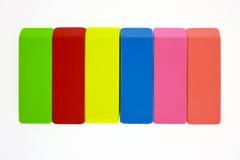 Farbige Radiergummis in der Zeile Lizenzfreie Stockfotos