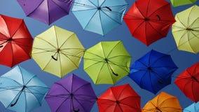 Farbige Regenschirme im Himmel lizenzfreies stockbild