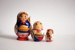 Farbige russische matrioshka Puppen auf grauem lokalisiertem Hintergrund stockfotografie