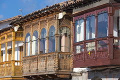 Farbige rustikale hölzerne kolonialbalkone in Cusco, Peru lizenzfreie stockfotos