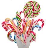 Farbige süße candys, Lutscher haftet, Sankt- Nikolausbonbons, die lokalisierten Weihnachten-candys, weißer Hintergrund Stockbild