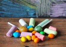 Farbige Süßigkeit und Kreiden Stockfotos