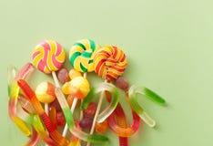 Farbige Süßigkeiten für Halloween auf einem grünen Hintergrund Stockbilder