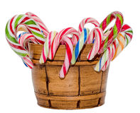 Farbige Süßigkeitsstöcke und Weihnachtslutscher in einem braunen Vase, lokalisierter, weißer Hintergrund Lizenzfreies Stockfoto