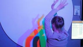 Farbige Schatten der Tanzenfrau stock video
