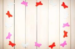 Farbige Schmetterlinge aus Papier heraus Stockbild