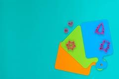 Farbige Schneidebretter ausgebreitet wie Fan, nahe Formen für das Backen Stockbilder