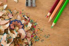 Farbige Schnitzel mit farbigen Bleistiften und Bleistiftspitzer Stockbilder