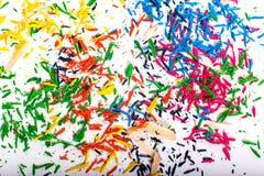 Farbige Schnitzel, nachdem Bleistifte geschärft worden sind Stockbild