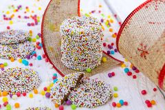 Farbige Schokoladenringe mit Weihnachtsdekoration Stockfotografie