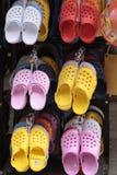 Farbige Schuhe in einem Speicher Lizenzfreie Stockfotos