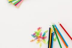 Farbige Schulgegenstände mit weißem Hintergrund Lizenzfreies Stockbild
