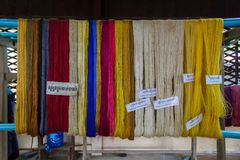 Farbige Seiden hängen vom Rohr in Siem Reap, Kambodscha Lizenzfreie Stockfotos