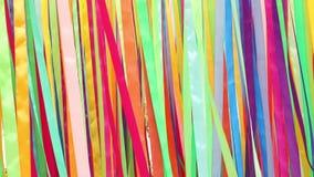 Farbige Seidenatlas verbreiten sich und flattern im Wind stock video footage