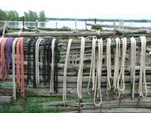Farbige Seile ausgerichtet auf Lattenzaun Stockbild