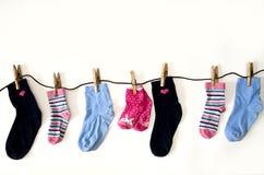 farbige Socken von verschiedenen Größen wiegen auf Seilen lizenzfreies stockfoto