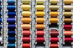 Farbige Spulen des Nähgarns Stockbilder