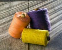 Farbige Spulen des Threads für das Nähen Stockfoto