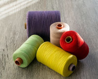 Farbige Spulen des Threads für das Nähen stockbild