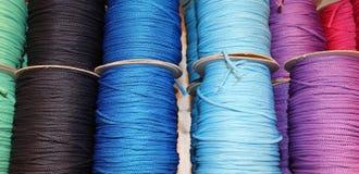 Farbige Spulen des Threads und Bälle der Wolle für Verkauf Lizenzfreie Stockfotografie